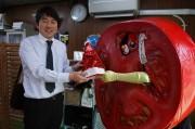 高円寺トマト人間の「サンタ帽子」、返却される 拾った区議が2カ月間保管